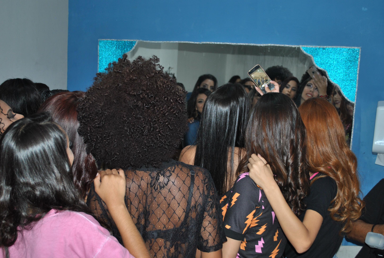 Espelho disputado para retoques de última hora. Foto: Itala Barros/BaixadaZine