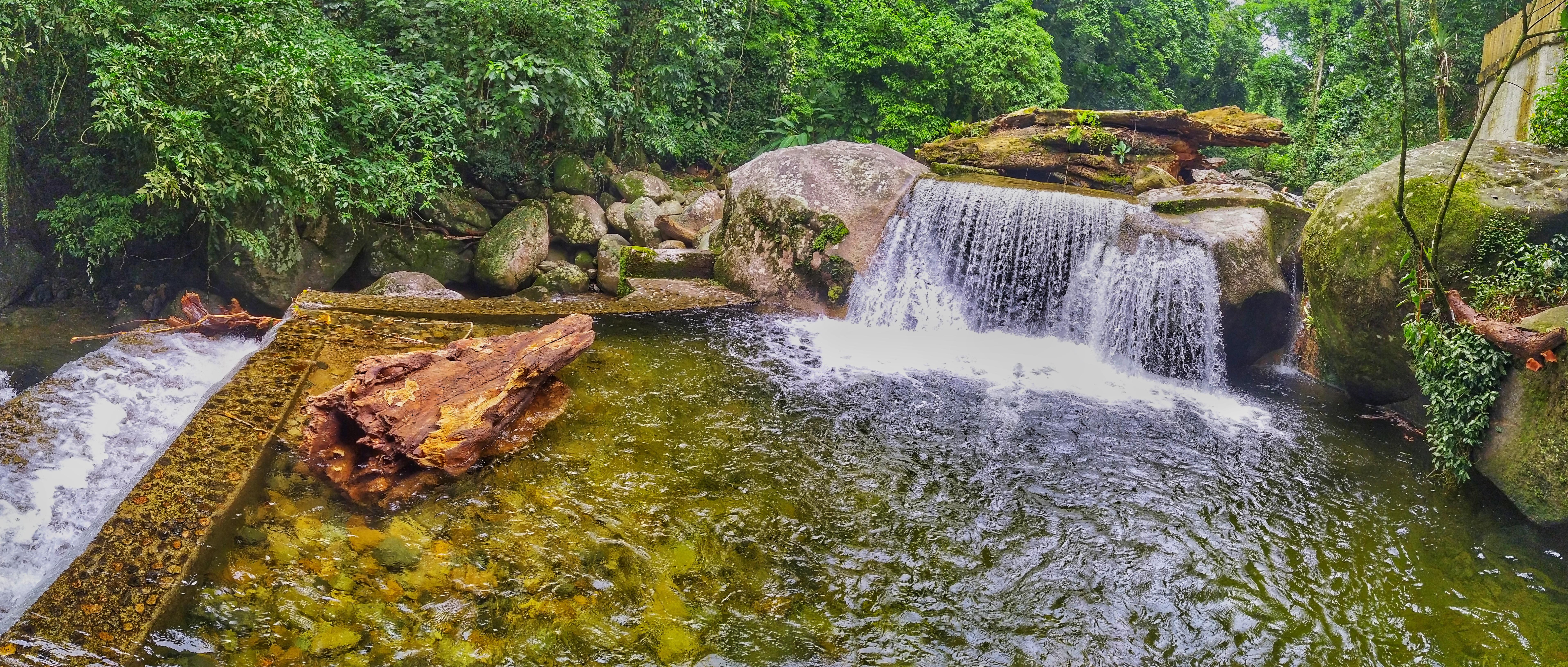 As piscinas do rio Bananal foram construídas por pessoas no leito do curso d'água. Foto: Douglas Mota/BaixadaZine