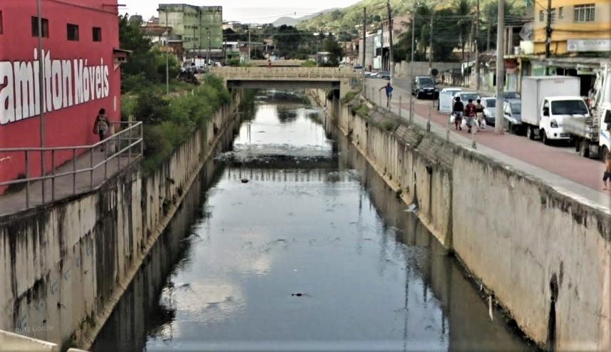 Rio Abel, em Queimados, recebe esgoto in natura até no centro da cidade. Foto: reprodução/Google Street View