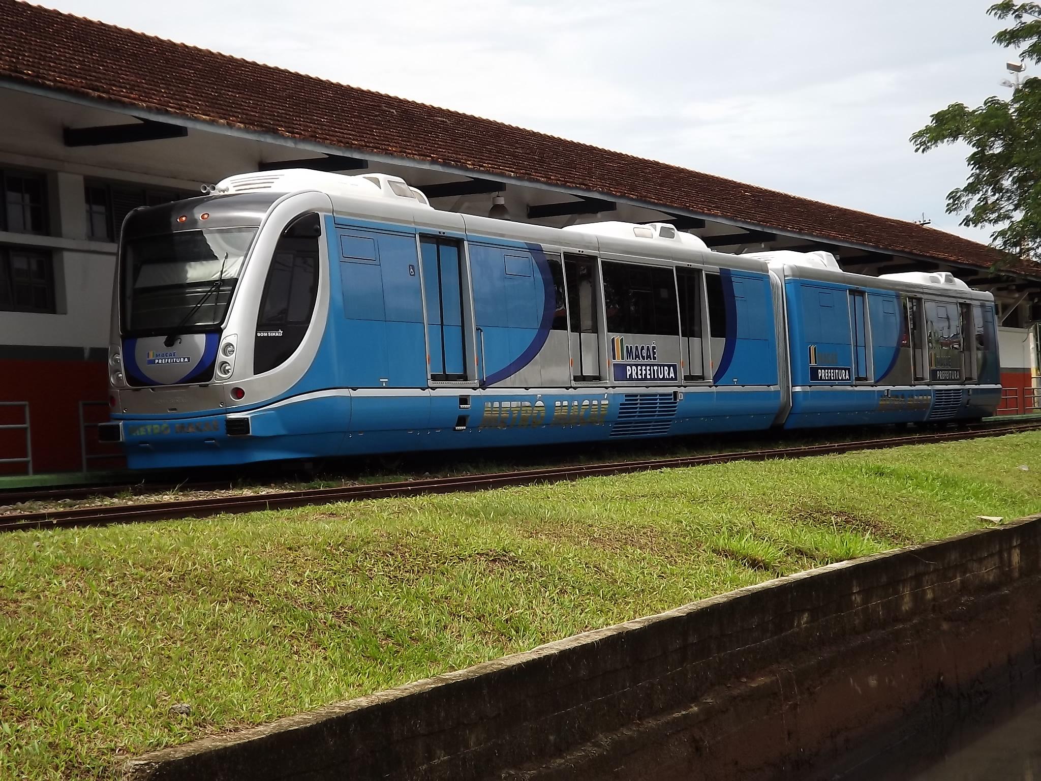 VLT de Macaé, inutilizado, seria implantado nos ramais Vila Inhomirim e Guapimirim, substituindo trens a diesel. Foto: Eduardo P. Moreira/Wikimedia Commons
